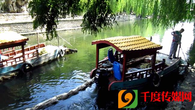 """济南护城河上的""""美容师"""":精心守护这条泉水河"""